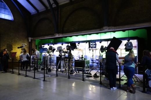 Cara membuat seakan-akan Hogwarts Express itu bergerak : Green Screen!