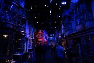 Diagon Alley. Butuh waktu lebih dari tiga bulan untuk bangun The Weasleys' Wizard Wheezes loh.